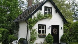 Strak geverfd wit huis met bomen